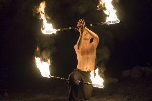 Feuershow mit 2 brennenden Stäben